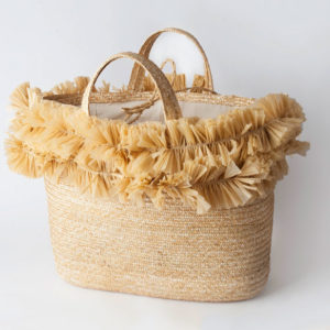 The Linea Light - Maxi Cesto basket is made entirely of natural straw and is enlivened by a double decoration in natural handmade raffia.